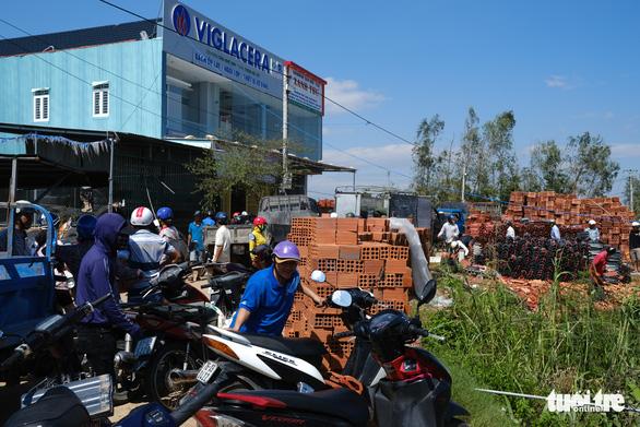 Người dân Quảng Ngãi rồng rắn đi mua ngói lợp lại nhà, ngói cháy hàng - Ảnh 5.