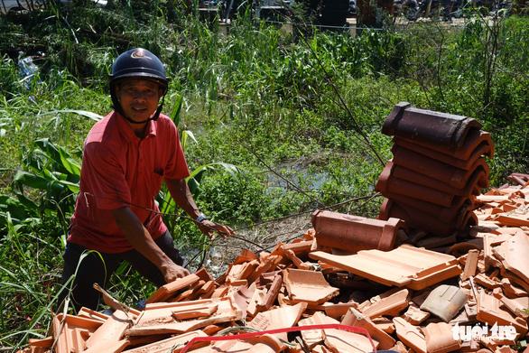 Người dân Quảng Ngãi rồng rắn đi mua ngói lợp lại nhà, ngói cháy hàng - Ảnh 7.