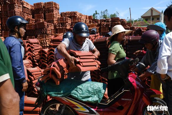 Người dân Quảng Ngãi rồng rắn đi mua ngói lợp lại nhà, ngói cháy hàng - Ảnh 1.