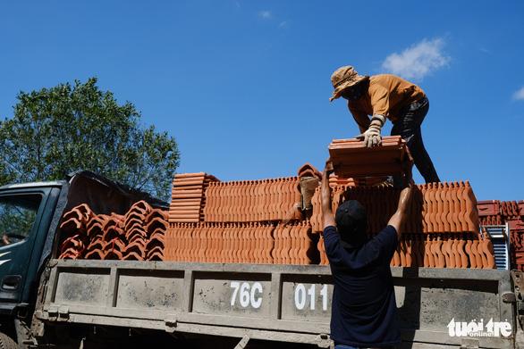 Người dân Quảng Ngãi rồng rắn đi mua ngói lợp lại nhà, ngói cháy hàng - Ảnh 9.