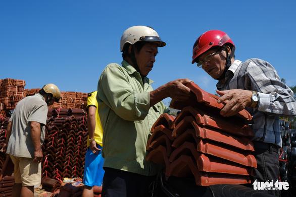 Người dân Quảng Ngãi rồng rắn đi mua ngói lợp lại nhà, ngói cháy hàng - Ảnh 10.