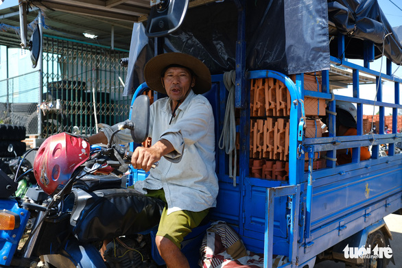 Người dân Quảng Ngãi rồng rắn đi mua ngói lợp lại nhà, ngói cháy hàng - Ảnh 11.