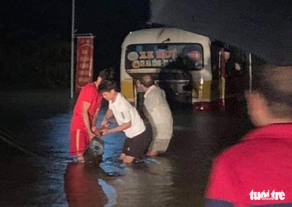 Nhiều thủy điện xả lũ, dân lại hối hả chạy lụt trong đêm - Ảnh 6.