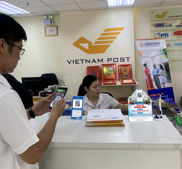 Người dân hào hứng với thanh toán QR Code tại Bưu điện Việt Nam - Ảnh 1.