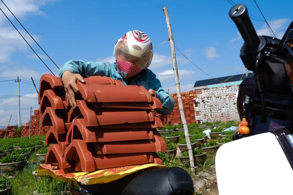 Người dân Quảng Ngãi rồng rắn đi mua ngói lợp lại nhà, ngói cháy hàng - Ảnh 3.