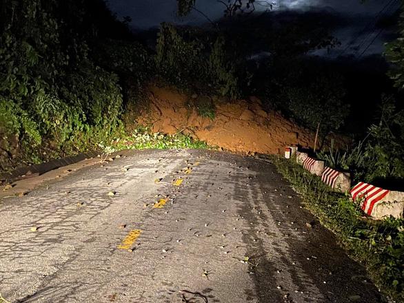 Đường vẫn chưa thông, xe chưa thể vào xã Trà Leng ứng cứu - Ảnh 1.