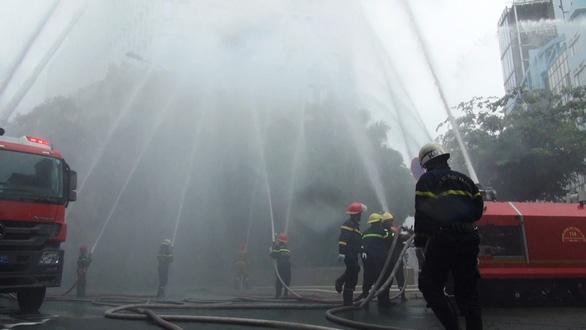 Huy động nhiều phương tiện hiện đại chữa cháy  tòa nhà Vietcombank Tower - Ảnh 2.