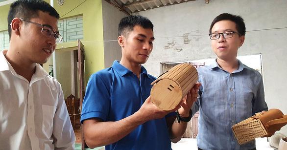 Làm túi xách từ nguyên liệu cói, tre, mây, gỗ - Ảnh 1.