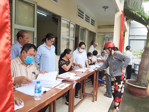 Người dân TP.HCM đi bỏ phiếu về việc thành lập TP Thủ Đức - Ảnh 2.