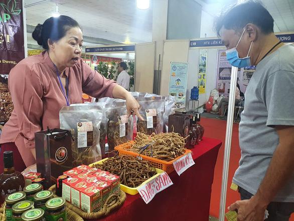 Dược liệu rõ nguồn gốc được ưa chuộng tại hội chợ nông sản - Ảnh 1.
