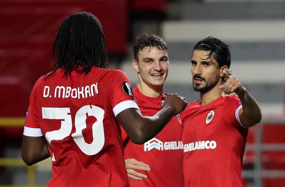 Thay 4 cầu thủ cùng lúc, đoàn quân của HLV Mourinho vẫn thua đau - Ảnh 2.
