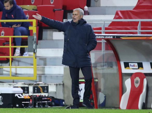 Thay 4 cầu thủ cùng lúc, đoàn quân của HLV Mourinho vẫn thua đau - Ảnh 1.
