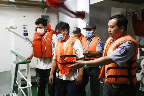 Video: Tàu kiểm ngư tiếp nhận, chăm sóc 3 ngư dân chìm tàu được cứu sống - Ảnh 3.