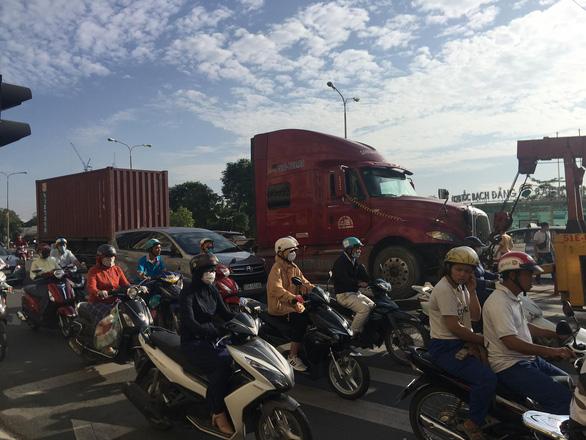 Xe container tông đuôi xe tải, tài xế đang sửa xe dưới gầm thiệt mạng - Ảnh 1.