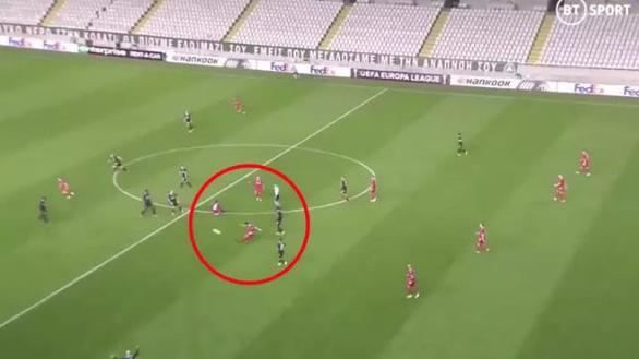 Đá phạt nhanh như chớp từ giữa sân, cầu thủ vô danh đi vào lịch sử Europa League - Ảnh 1.