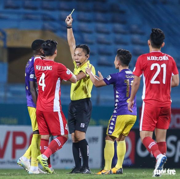 Quang Hải ra dấu hiệu nhắc trọng tài truất quyền thi đấu Bùi Tiến Dũng - Ảnh 3.
