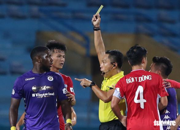 Quang Hải ra dấu hiệu nhắc trọng tài truất quyền thi đấu Bùi Tiến Dũng - Ảnh 4.