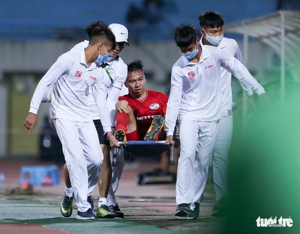 Quang Hải ra dấu hiệu nhắc trọng tài truất quyền thi đấu Bùi Tiến Dũng - Ảnh 5.