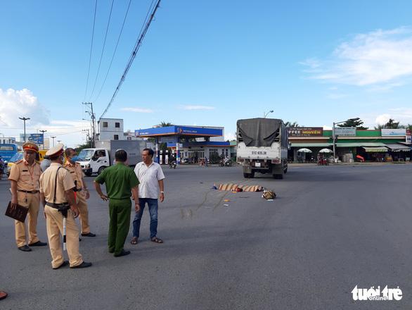 Xe tải cán chết 2 người, làm 1 người bị thương nặng, tài xế đi khỏi hiện trường - Ảnh 1.