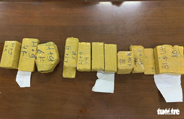 Phá vụ vận chuyển 51kg nghi vàng lậu chuyển từ Campuchia sang - Ảnh 3.