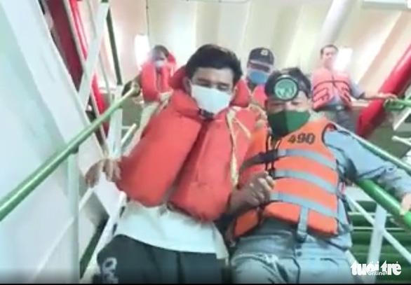 26 thuyền viên mất tích: 48 giờ bám tấm ván, người đuối quá cứ thả tay dần rồi chìm - Ảnh 1.