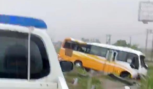 Xe khách lao vào lan can đường trong mưa lớn ở Nghệ An, 2 mẹ con chết, 2 người bị thương - Ảnh 1.