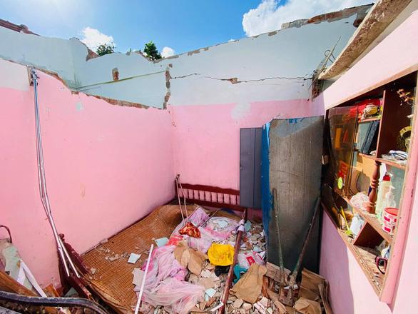 Nhà sập, ông bà già 90 tuổi lọ mọ khắp xóm tìm lại những tấm tôn của nhà mình - Ảnh 4.