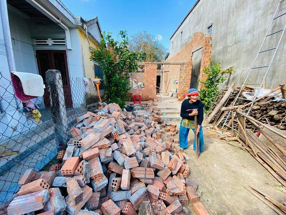 Nhà sập, ông bà già 90 tuổi lọ mọ khắp xóm tìm lại những tấm tôn của nhà mình - Ảnh 1.