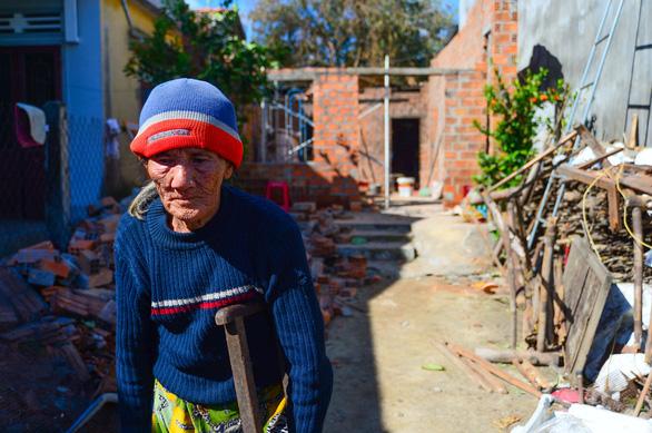Nhà sập, ông bà già 90 tuổi lọ mọ khắp xóm tìm lại những tấm tôn của nhà mình - Ảnh 2.