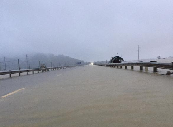 Quốc lộ 1 qua Hà Tĩnh đang cấm đường do bị ngập sâu - Ảnh 1.