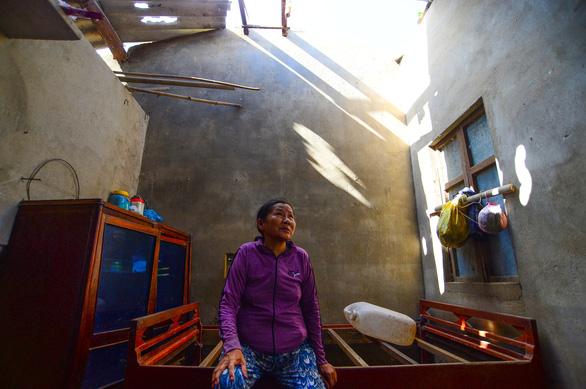 Nhà sập, ông bà già 90 tuổi lọ mọ khắp xóm tìm lại những tấm tôn của nhà mình - Ảnh 3.