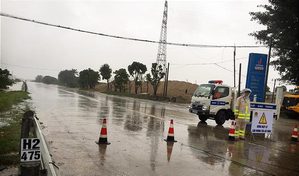 Quốc lộ 1 qua Hà Tĩnh đang cấm đường do bị ngập sâu - Ảnh 2.