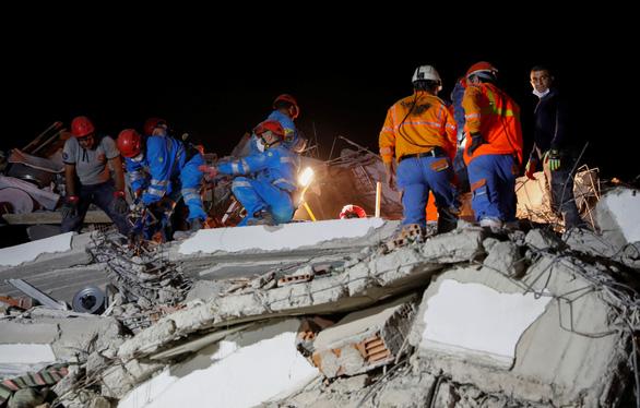Ít nhất 22 người chết trong trận động đất lớn ở Thổ Nhĩ Kỳ, Hi Lạp - Ảnh 3.