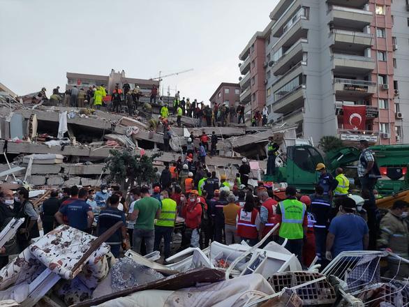 Ít nhất 22 người chết trong trận động đất lớn ở Thổ Nhĩ Kỳ, Hi Lạp - Ảnh 1.