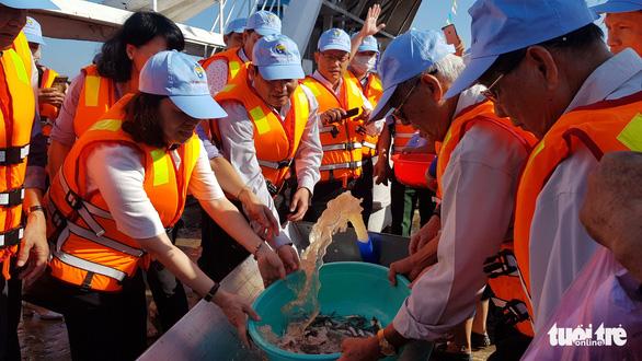 An Giang thả trên 18 tấn cá về sông để tái tạo nguồn lợi thủy sản - Ảnh 2.