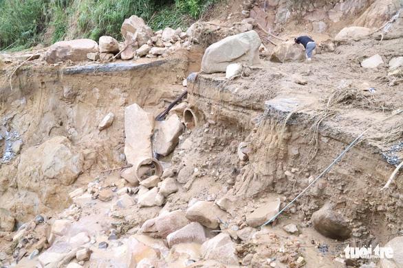 Sạt lở núi ở Phước Sơn: Thời tiết xấu, dùng sức người và tời chuyển hàng vào - Ảnh 3.