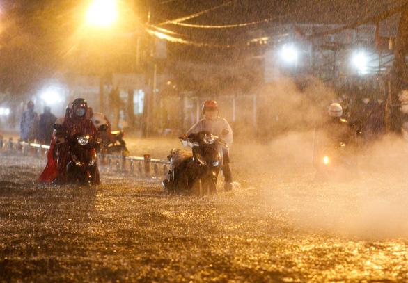 TP.HCM hôm nay mưa lớn, Biển Đông khả năng thêm 2 cơn bão - Ảnh 1.