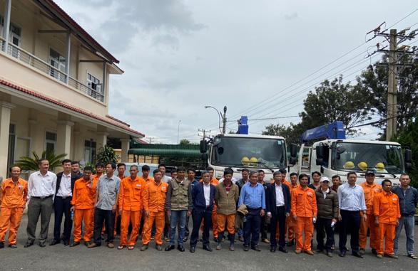 EVNSPC hỗ trợ Miền Trung khắc phục sự cố điện do bão số 9 - Ảnh 1.