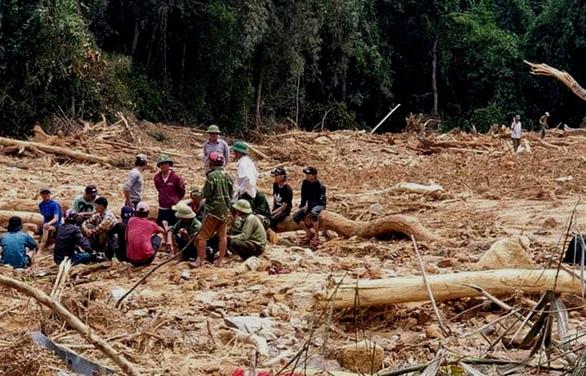 Tìm thấy thi thể 2 người đi rừng bị vùi dưới đất đá sau 14 ngày mất tích - Ảnh 1.