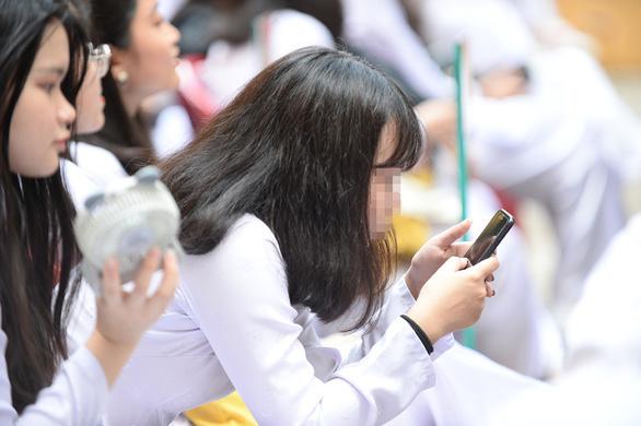 Học sinh được xài điện thoại trong giờ học - Ảnh 1.