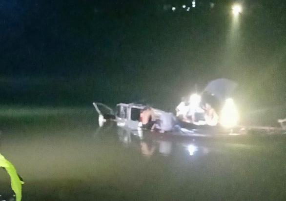 Ôtô tông xe máy, húc lan can cầu rơi xuống sông, 5 người chết - Ảnh 3.