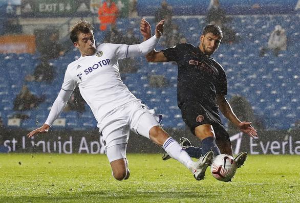 Thủ môn mắc sai lầm, Man City phải chia điểm với Leeds - Ảnh 1.