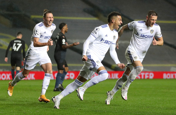 Thủ môn mắc sai lầm, Man City phải chia điểm với Leeds - Ảnh 2.