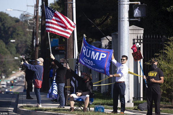 Đông đảo người ủng hộ cầu nguyện cho Tổng thống Trump sớm bình phục - Ảnh 2.