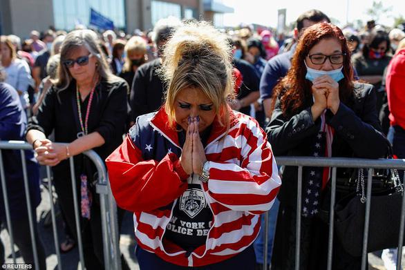 Đông đảo người ủng hộ cầu nguyện cho Tổng thống Trump sớm bình phục - Ảnh 1.