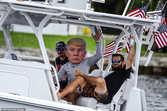 Đông đảo người ủng hộ cầu nguyện cho Tổng thống Trump sớm bình phục - Ảnh 6.