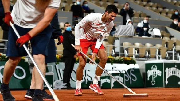 """Novak Djokovic 'tấu hài"""" chờ đóng mái sân Philippe Chatrier - Ảnh 1."""
