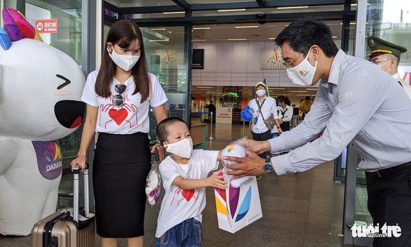Đoàn khách du lịch đầu tiên trở lại Đà Nẵng được nâng phòng 3 sao lên 4 sao - Ảnh 1.