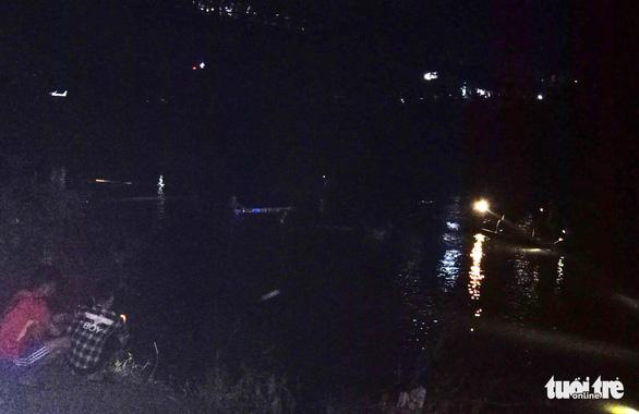 Ôtô tông xe máy, húc lan can cầu rơi xuống sông, 5 người chết - Ảnh 6.