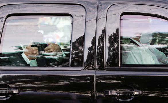 Ông Trump ngồi xe hơi đi một vòng vẫy chào người ủng hộ - Ảnh 1.
